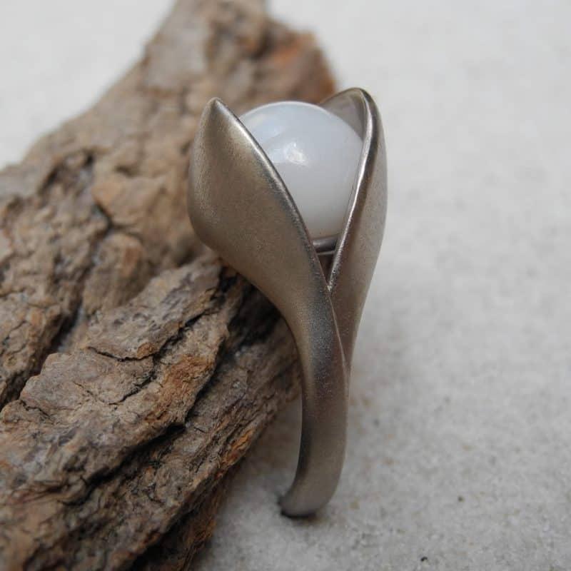 18karat-weissgold-ring-mit-Echter-Naturperle_nicht-gezuechtet_Clam-pearl_Goldschmiede_kleineRheinperle_Wacha