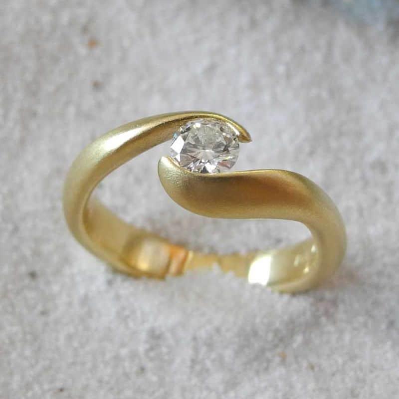 verlobungsringe-gold-brillant-embraced-18karat-einzigartig-Goldschmiede-Basel-Juwelier-nachhaltig-fairtrade-spezielle-Ringe-individuelle-designs-handgefertigt