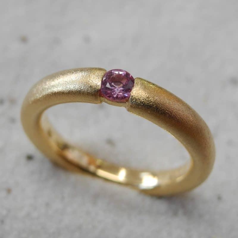 Unikatring_750Gelbgold_Pink-Saphir_diamantierte-Oberflaeche_Goldschmiede_kleineRheinperle_Basel