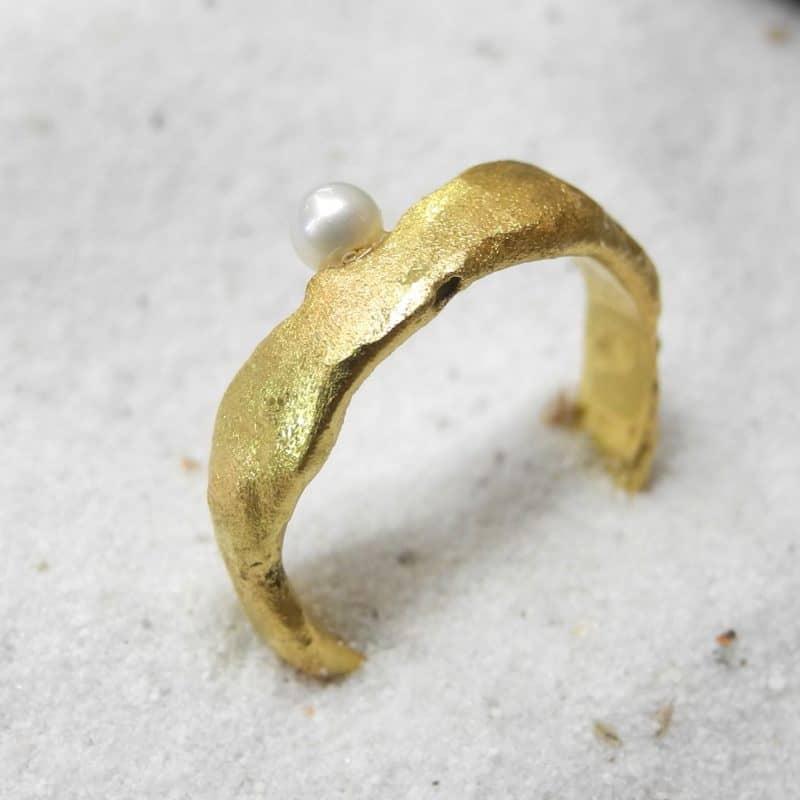 golden_nugget-ring-suesswasserzuchtperle_750_Gelbgold_Goldschmiede_kleineRheinperle_Basel